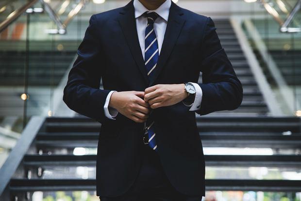 Nawet jeśli w pracy nie obowiązuje biurowy dress-code, na wigilię firmową lepiej postawić na bardziej formalny ubiór