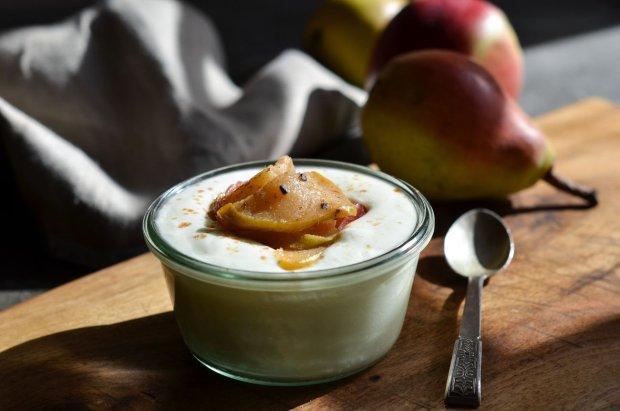 Jogurt naturalny mleczna droga z karmelizowanymi jabłkami i gruszkami