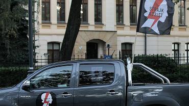 Ostra jazda pod Trybunałem Konstytucyjnym w Warszawie. Samochodowy protest Strajku Kobiet w obronie prawa do aborcji