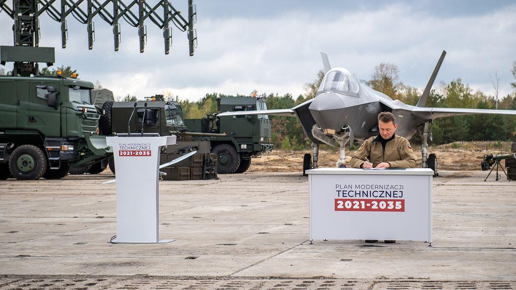 Minister Błaszczak podpisuje PMT na lata 2021-2035. W tle między innymi makieta F-35