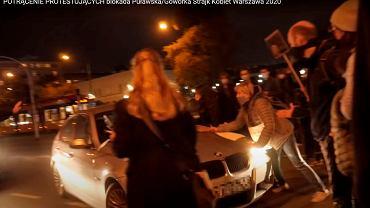 Stopklatka z filmu, na którym nagrano potrącenie dwóch uczestniczek poniedziałkowego protestu na ul. Puławskiej.