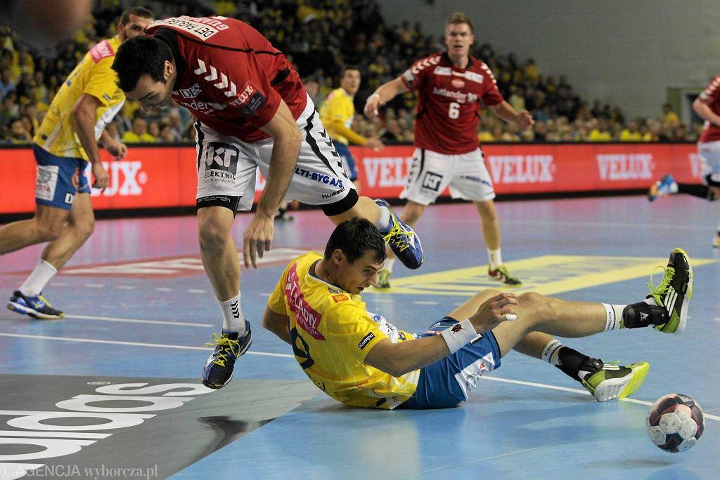 Leży Krzysztof Lijewski podczas meczu z Aalborgiem
