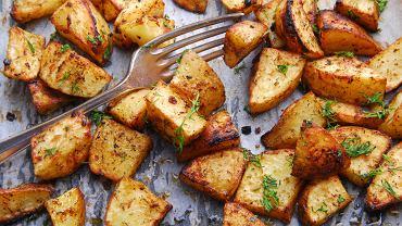 Ziemniaki pieczone będą najlepsze, jeśli przed wstawieniem ich do piekarnika najpierw wymoczycie je w zimnej wodzie, a następnie porządnie osuszycie