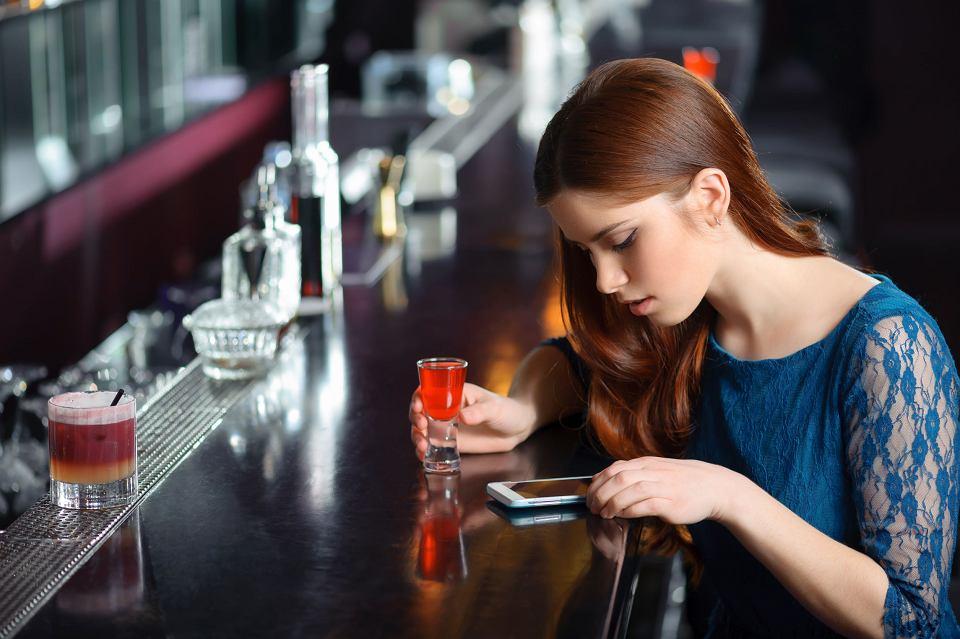 Samotna kobieta przy barze