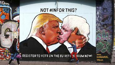 Donald Trump i były konserwatywny  burmistrz Londynu Boris Johnson w bratnim pocałunku. Obaj nawołują do Brexitu.  Mural w Bristolu nawiązuje do słynnego malowidła na murze berlińskim z Breżniewem i HoneckeremDonald Trump i były konserwatywny  burmistrz Londynu Boris Johnson w bratnim pocałunku. Obaj nawołują do Brexitu.  Mural w Bristolu nawiązuje do słynnego malowidła na murze berlińskim z Breżniewem i Honeckerem