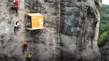 Ekstremalny sklepik czeka na turystów ponad 100 metrów nad ziemią.