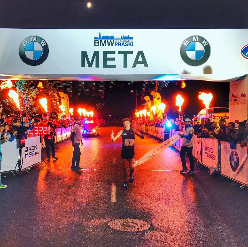 Marcin Chabowski na mecie 4. BMW Półmaratonu Praskiego
