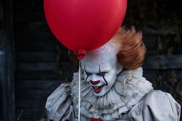 Bill Skarsgard jako Pennywise w horrorze 'To' (2017)