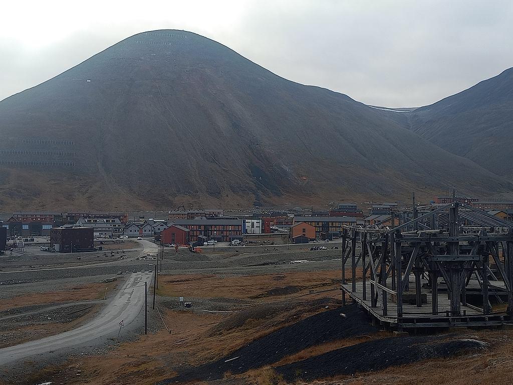 Longyearbyen, Spitsbergen, archipelag Svalbard. Widoczne drewniane pozostałości po systemie transportującym węgiel z dawnej kopalni.