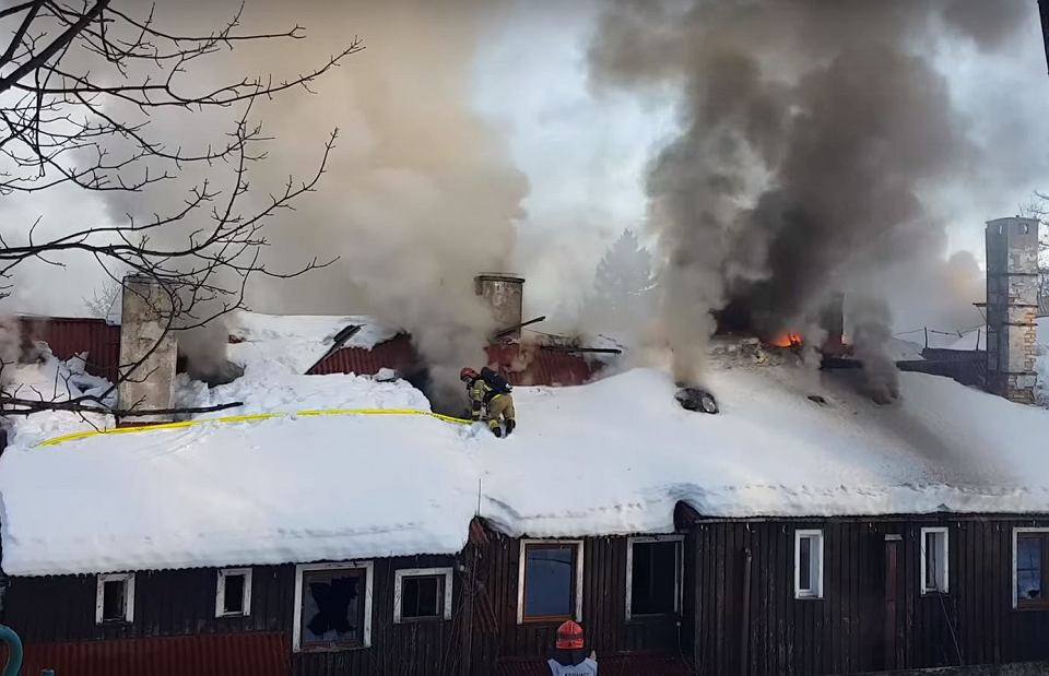 Pożar dawnego domu wypoczynkowego 'Polon' w Szklarskiej Porębie