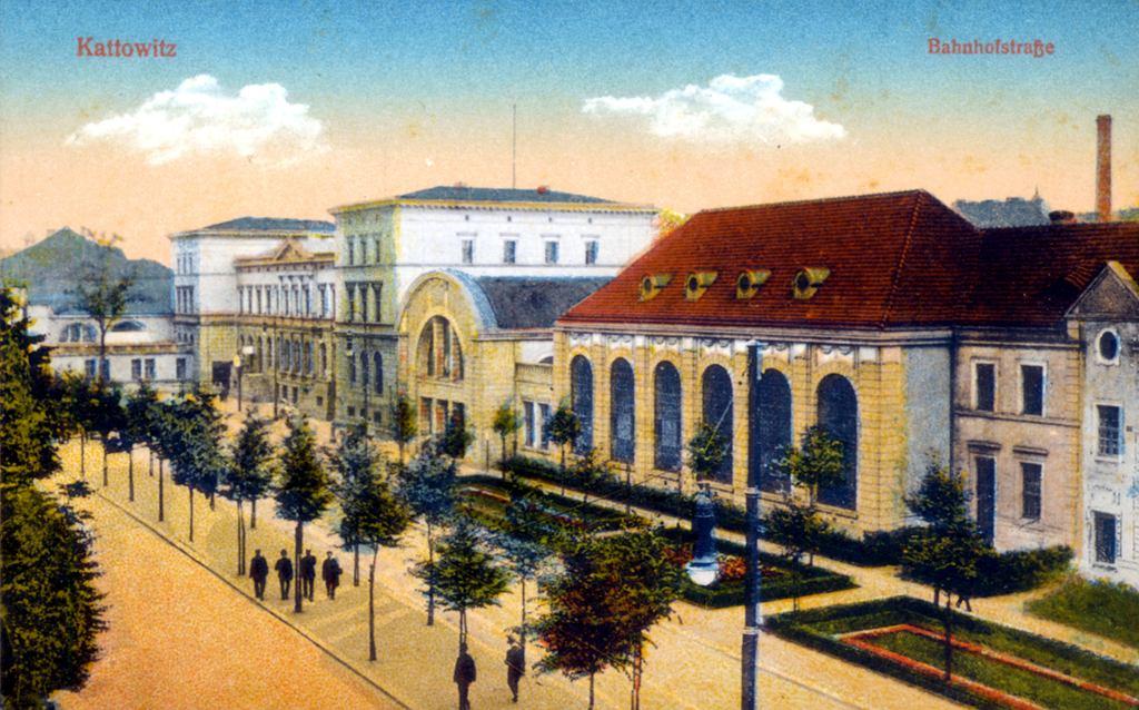 Katowice , ulica Dworcowa i budynek Starego Dworca
