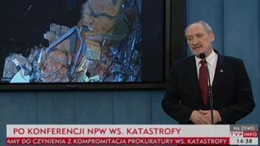 Antoni Macierewicz podczas konferencji nt. katastrofy smoleńskiej i najnowszych ustaleń NPW