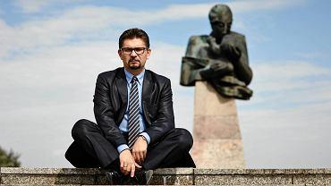 Profesor Maciej Banach przed Instytutem Centrum Zdrowia Matki Polki