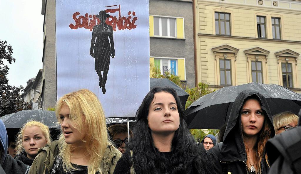 ''Czarny Poniedziałek'' odbył się w całej Polsce 3 października. Zdjęcie z warszawskiej, największej manifestacji