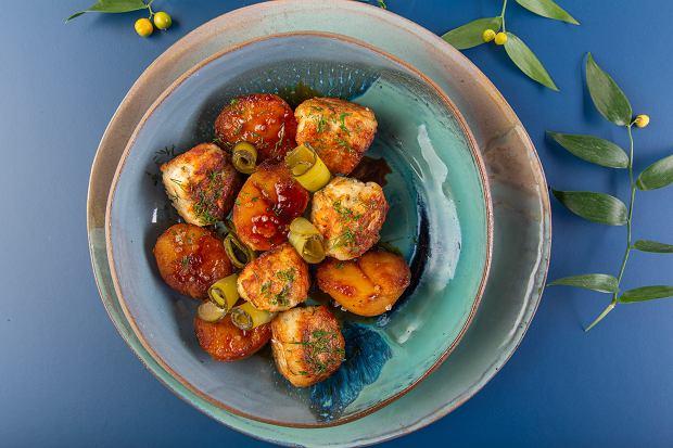 Klopsiki rybne z ziemniakami w karmelu