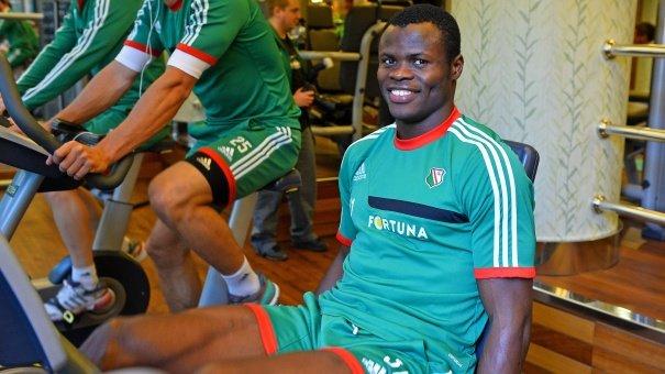Umieszczenie Taye Taiwo na tej liście to dowód na to, że przygotowujący tę listę na BBC nie słyszeli o nieudanych testach Nigeryjczyka w Legii Warszawa. Ale Taiwo to znane nazwisko; grając w Olympique Marsylii był jednym z lepszych lewych obrońców w Europie i trafił do Milanu. Ostatnio grał w tureckim Bursasporze.