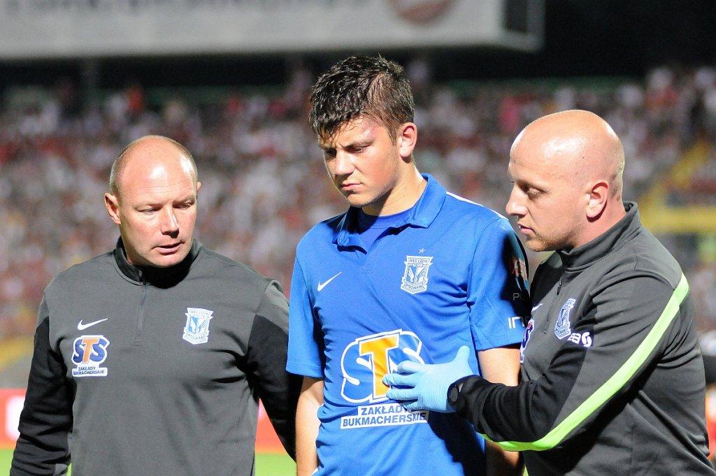 FK Sarajevo - Lech Poznań 0:2. Dawid Kownacki. Z lewej fizjoterapeuta Marcin Lis, z prawej lekarz, dr Paweł Cybulski