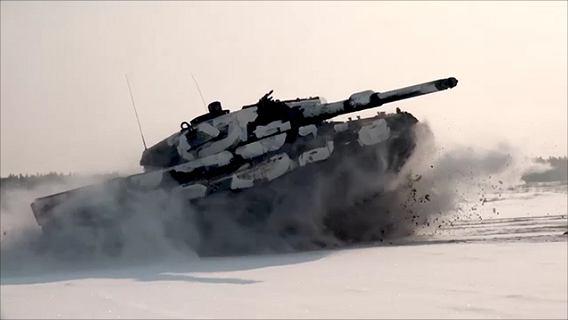 Czołg Leopard 2A4 w widowiskowym podskoku