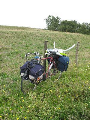 Mój rower z bagażem trójki osób i rytualnymi rogami z tyłu (które były wcześniej błotnikiem, ale niestety nie sprawdzały się w tej roli)