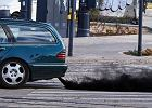 Samochód dymi na czarno, niebiesko albo biało - co to oznacza?