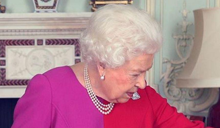 Królowa Elżbieta II w młodzieżowej kreacji. Spójrzcie tylko na te piękne kolory