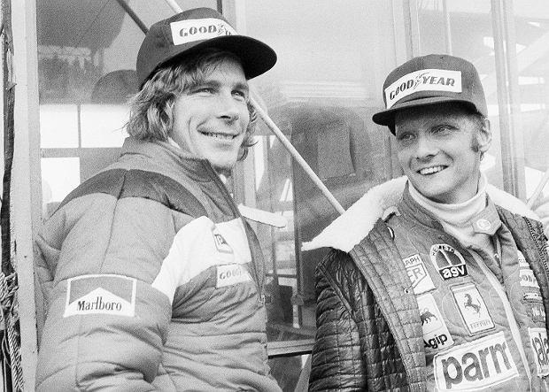Niki Lauda (p) i James Hunt, słynni rywale. Grand prix Japonii. Gotemba, 24 października 1976