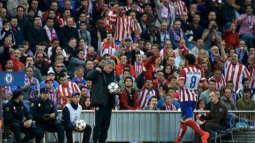 Atletico - Chelsea. Piłka w rękach Jose Mourinho
