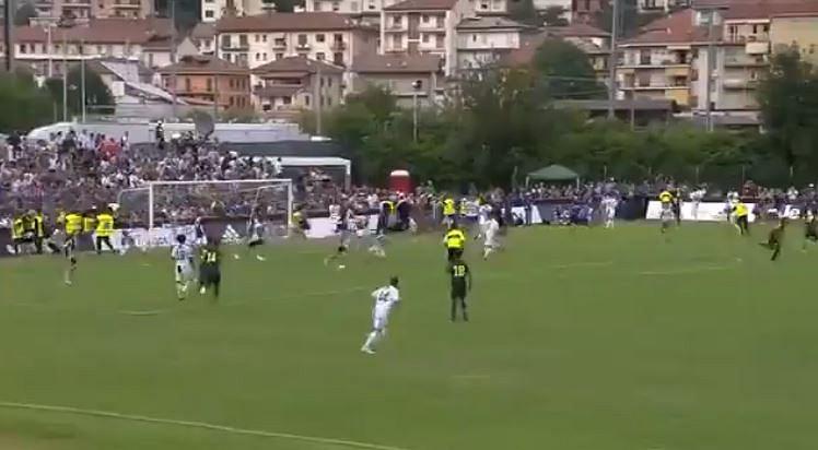 Kibice wbiegli na murawę podczas sparingu Juventusu, w którym debiutował Ronaldo