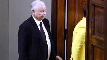 Premier rządu PiS Beata Szydło i jej partyjny zwierzchnik prezes Jarosław Kaczyński wychodzą z sali Sejmu, Warszawa, 7 grudnia 2017