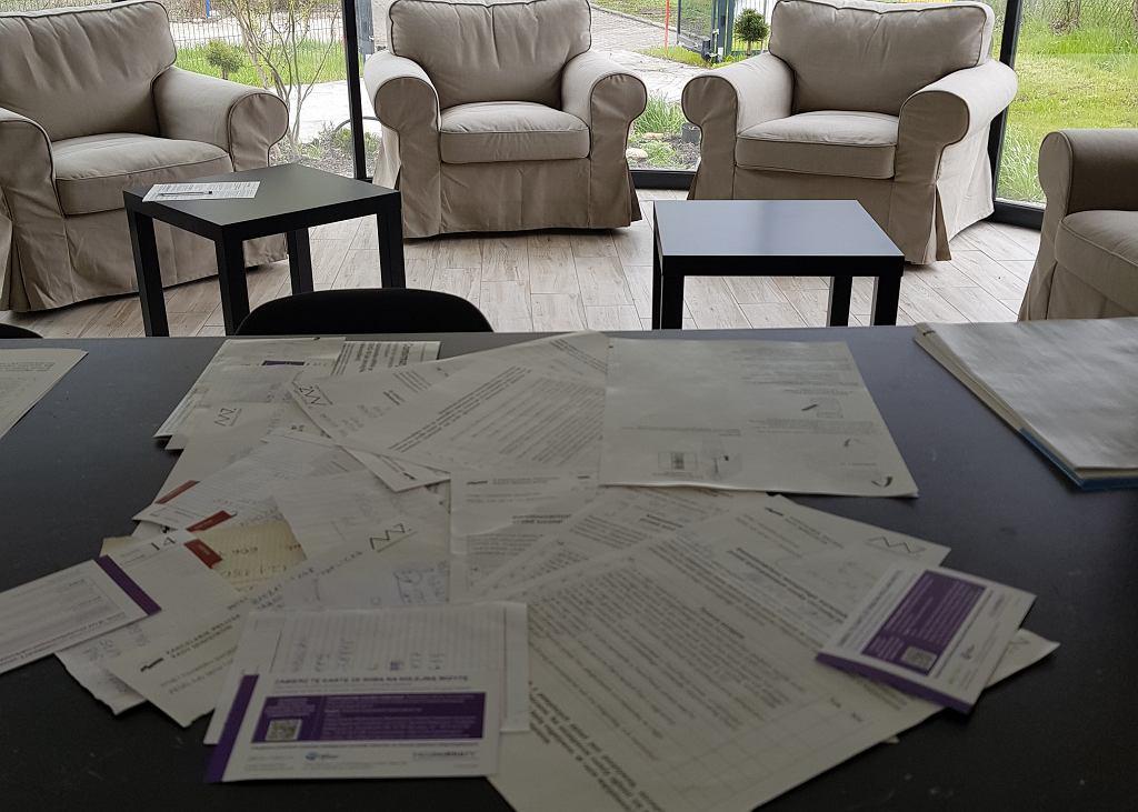 Kartki z prośbami od pacjentów czekającymi na szczepienie w punkcie dr. A. Paszkowskiego