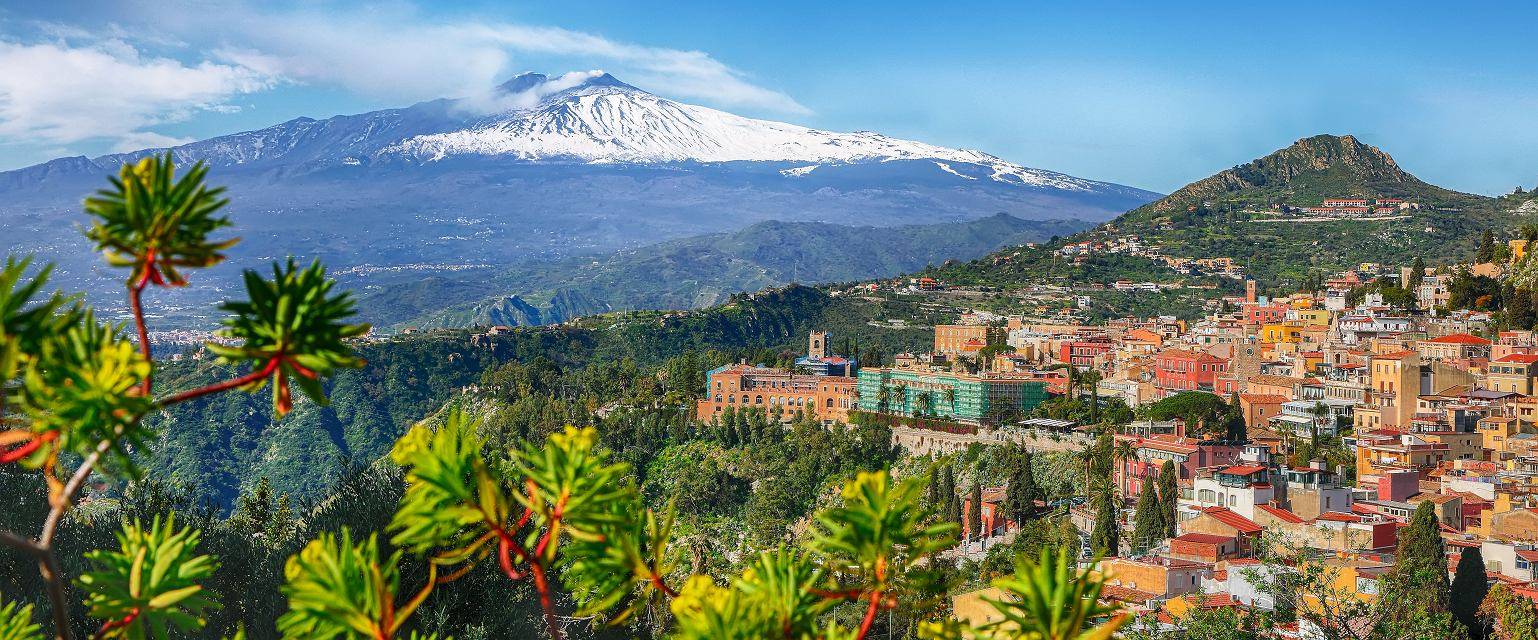 Sycylia: widok na Etnę i miasto Taormina (Fot. Shutterstock.com)