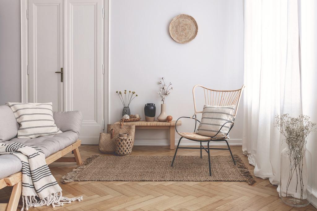Podwójne drzwi do mieszkania w białym kolorze.