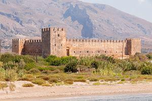 """""""Czarcie"""" kręgi w Namibii, nawiedzony zamek w Grecji. 7 miejsc na świecie, które niepokoją naukowców"""