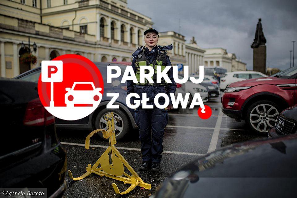 Strażniczka miejska z patrolu, który zakłada blokady na koła