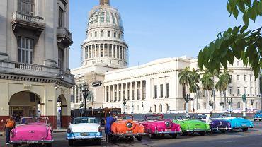 Stare, amerykańskie samochody na ulicach Hawany