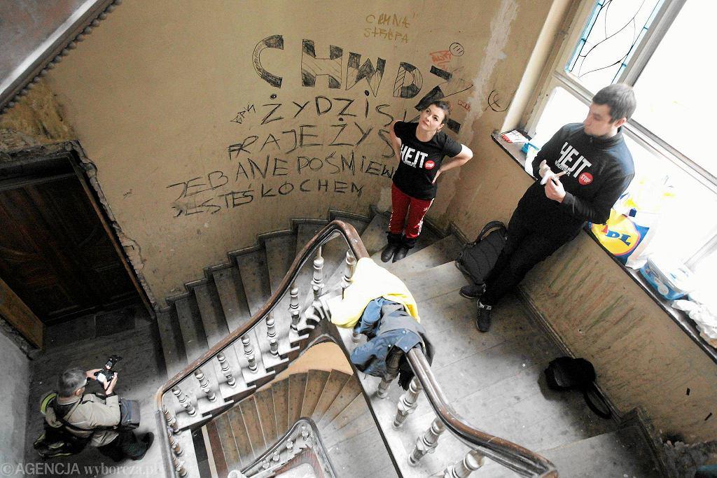 Akcja czyszczenia klatek z antysemickich napisów w Poznaniu