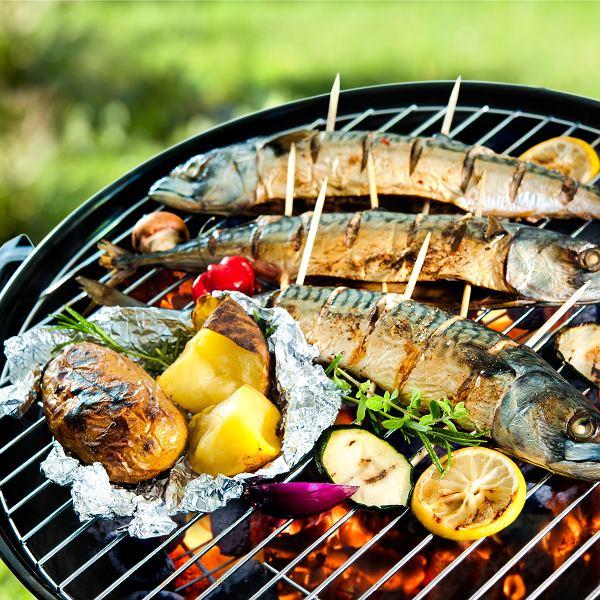 Ryby i owoce morza pieką się na grillu  zaledwie kilka minut. Trochę dłużej się je marynuje, by uzyskać wyjątkowy smak oraz utrzymać ich soczystość