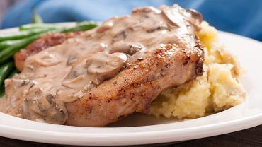 Schab gotowany w sosie to propozycja obiadowa dla wszystkich, którym znudziły się już kotlety schabowe.