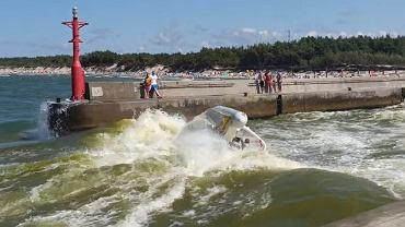 Rowy nad Bałtykiem. Łódź motorowa wywróciła się do góry dnem