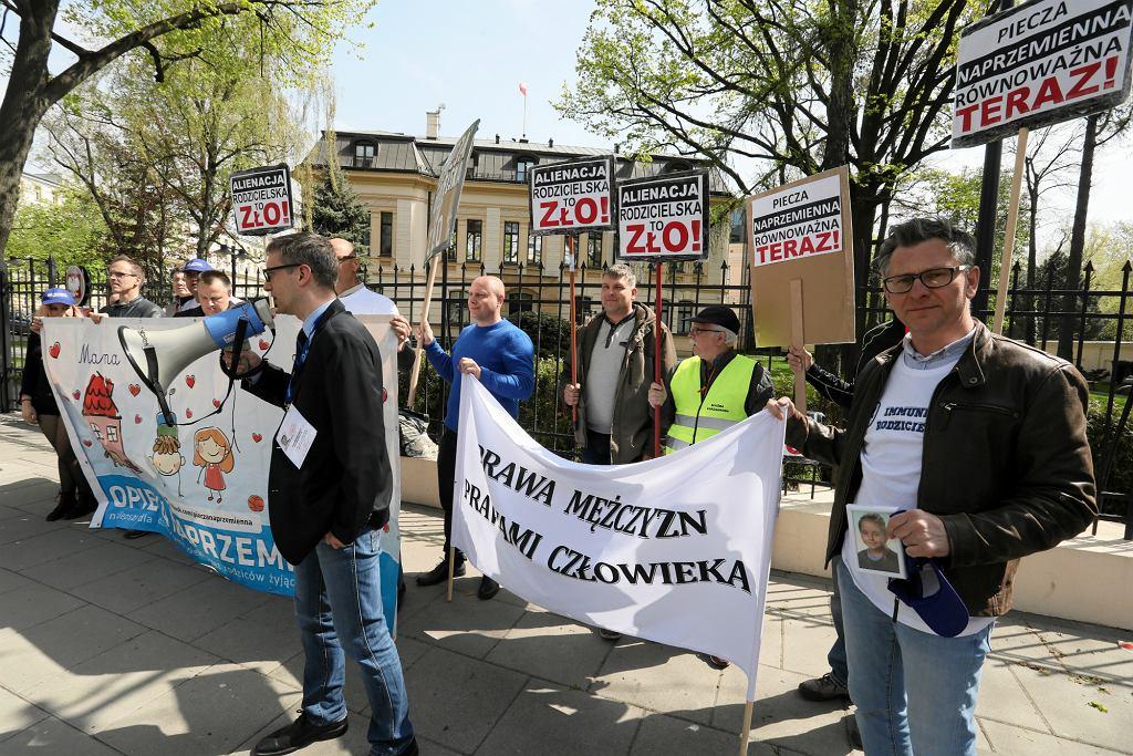 Kwiecień 2014 r. Pikieta ojców domagających się równych praw w związku z Dniem Świadomości Alienacji Rodzicielskiej (fot: Sławomir Kamiński/ Agencja Gazeta)