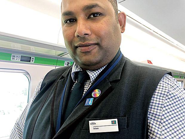 W pociągu jadącym przez południowy wschód Anglii robię zdjęcie panu imieniem Islam, który podaje pasażerom kawę i herbatę. Do służbowego garnituru ma przypięte logo swojej firmy na tęczowym tle.