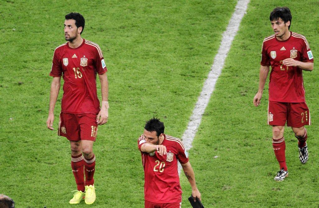 Podłamani reprezentanci Hiszpanii opuszczają boisko po przegranej z Chile