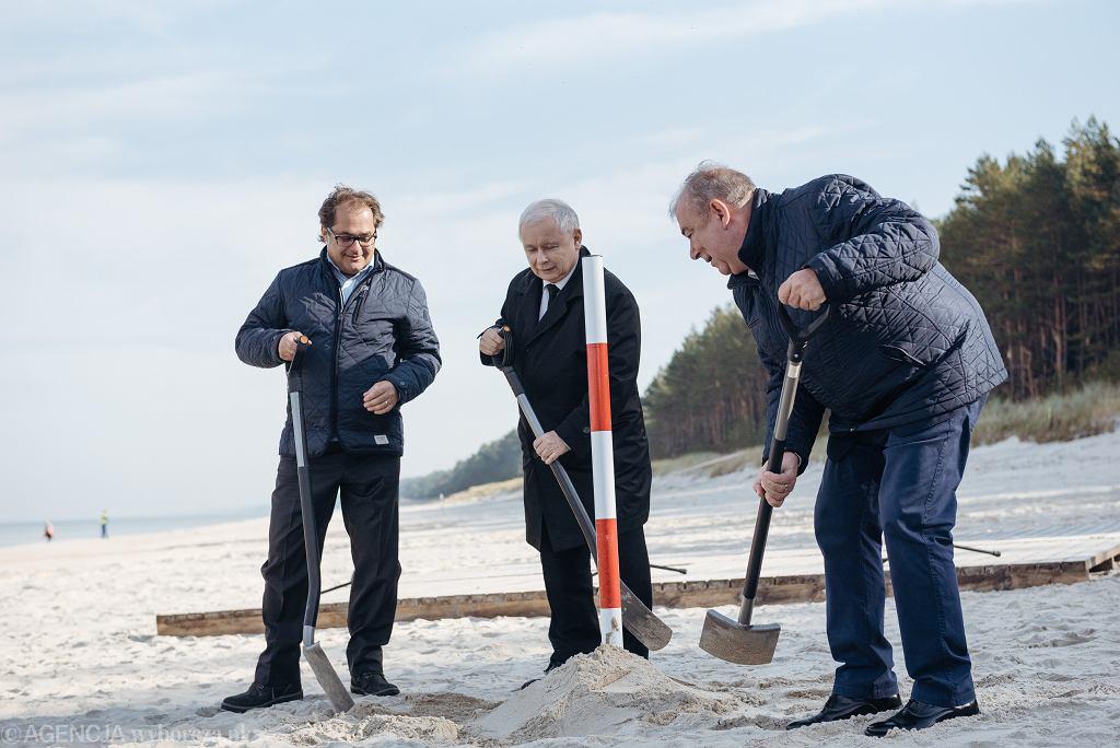 Prezes PiS Jarosław Kaczyński, minister gospodarki morskiej Marek Gróbarczyk i poseł PiS z Elbląga Jerzy Wilk