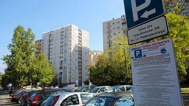 Katowice, osiedle Paderewskiego. Napisy na tablicach ostrzegają o sankcjach dla tych, którzy tu zaparkują bez uprawnień