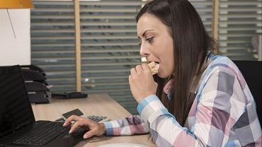 Ile czasu po obudzeniu się powinniśmy zjeść śniadanie? Dietetyk wyjaśnia i podaje ważny powód