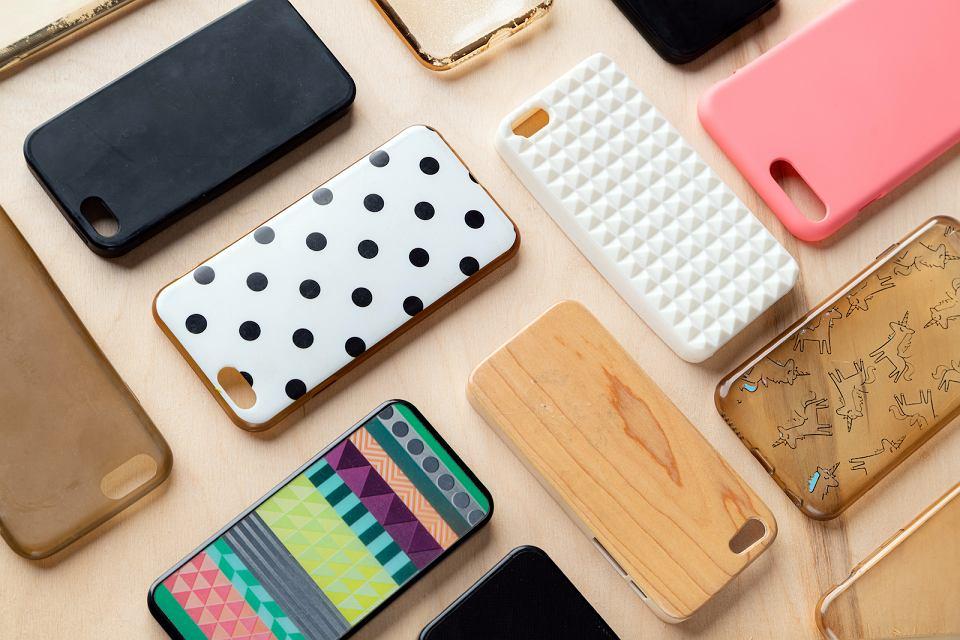 Kolorowe etui na telefon komórkowy.