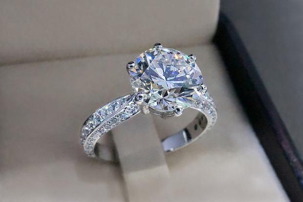 Pierścionki z kamieniami to jednen z największych trendów w biżuterii na lato 2020. Taka biżuteria świetnie sprawdzi się na prezent dla bliskiej osoby. Sprawdź nasze typy z wyprzedaży. Rabaty sięgają nawet do 75%!
