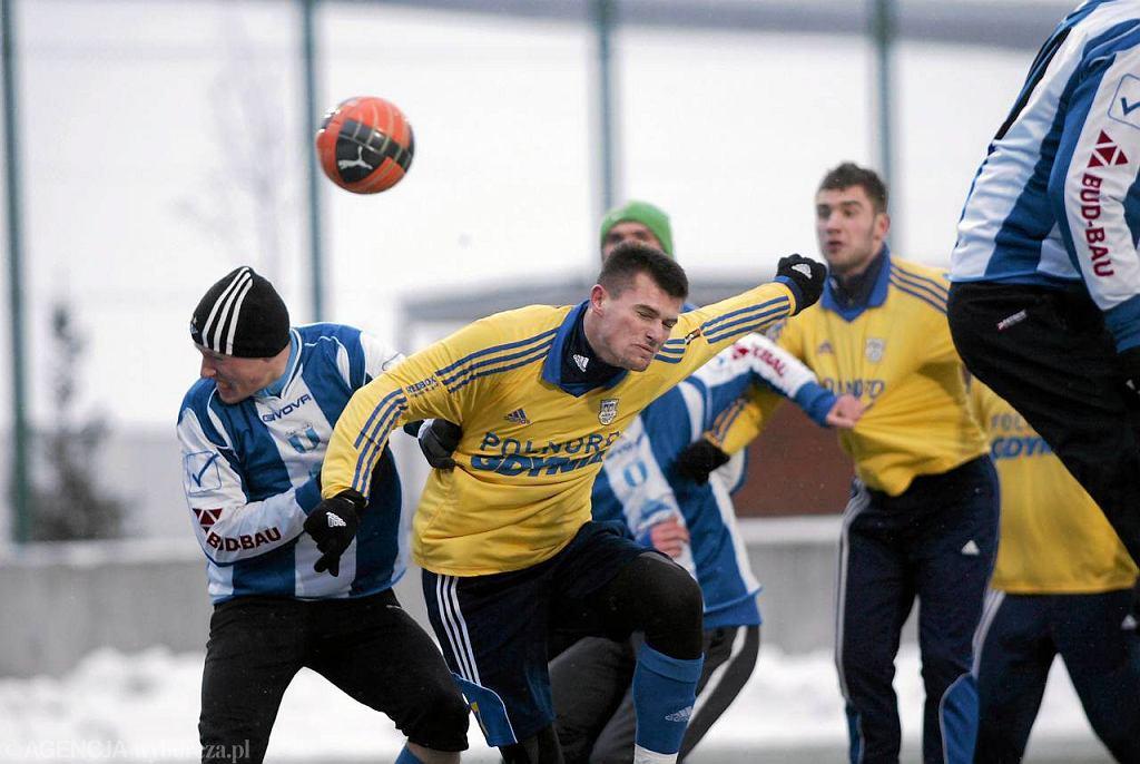 W walce o piłkę Bartosz Brodziński (w żółtej koszulce na drugim planie)