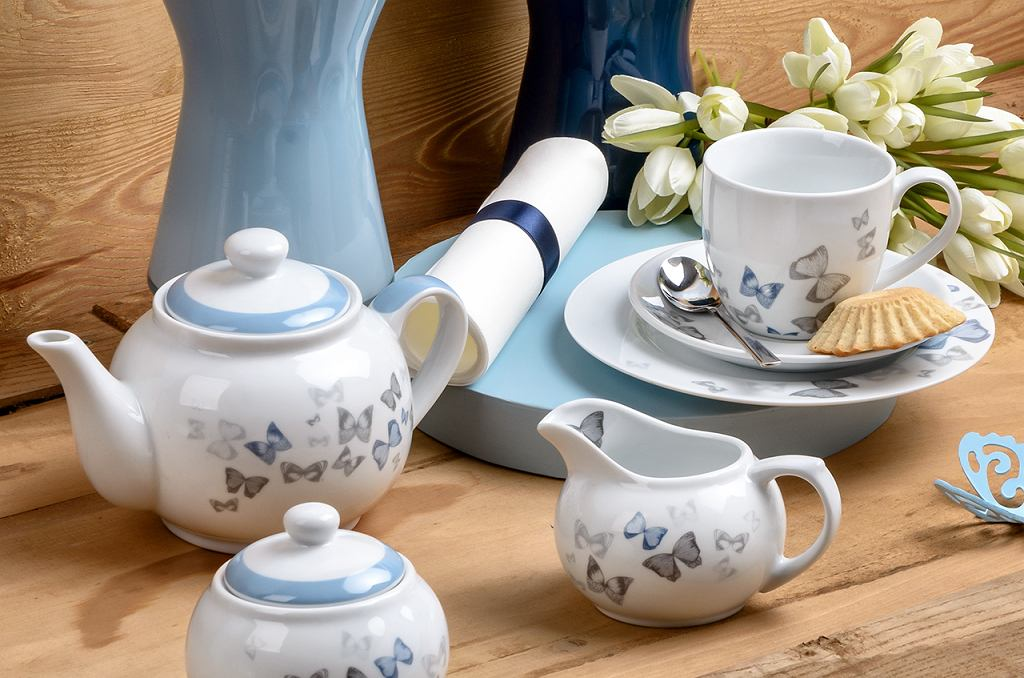 Motyle, błękit i barwy natury. Letnia aranżacja stołu od marki Florina