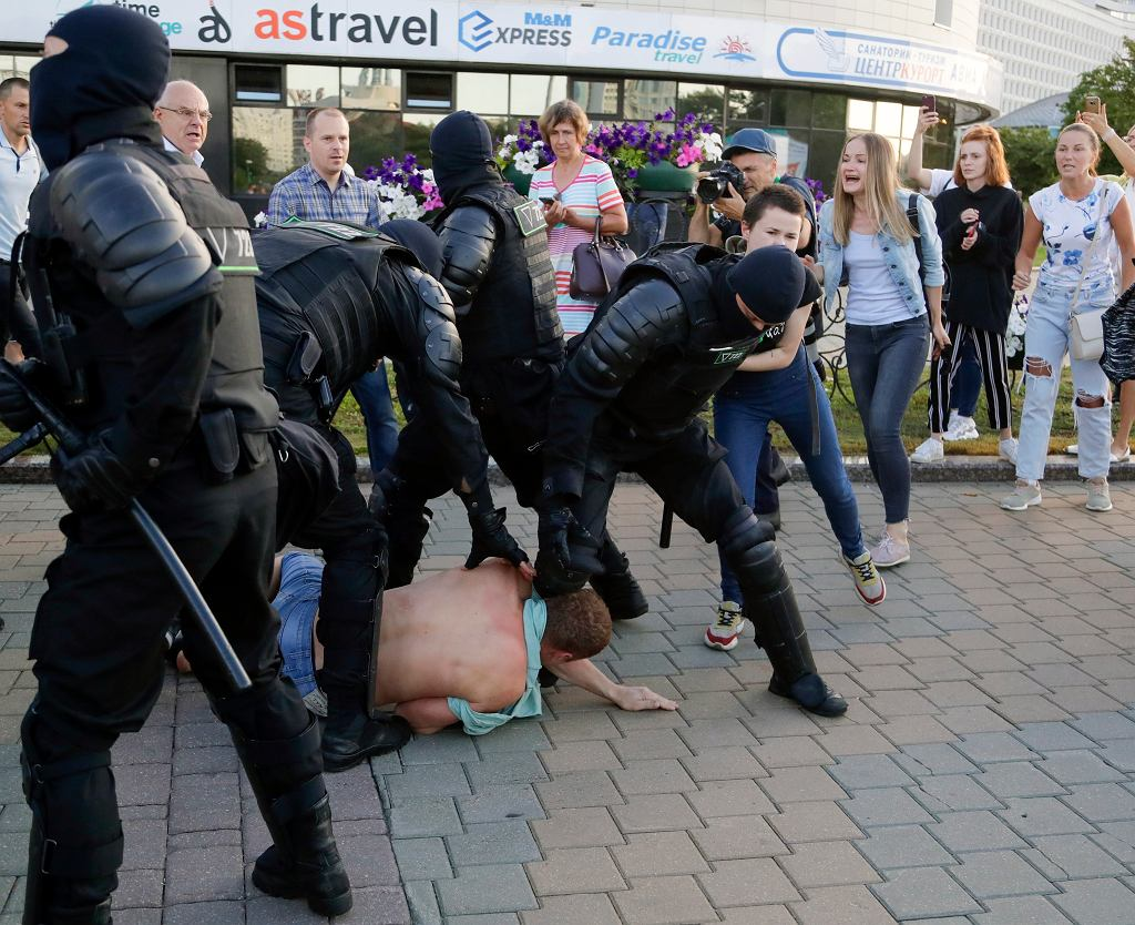 Służby brutalnie tłumią protesty na Białorusi